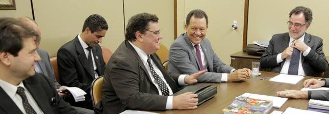 Ministro do Desenvolvimento Agrário, Patrus Ananias, reuniu-se com o senador Donizeti Nogueira juntamente com representantes de empresas e do governo estadual de Tocantins, nesta quinta-feira (5), em Brasília.