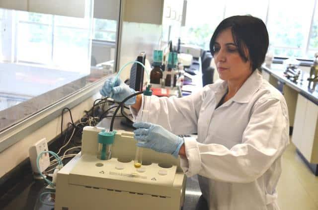 Itânia Soares, líder do projeto, no laboratório da Embrapa Agroenergia