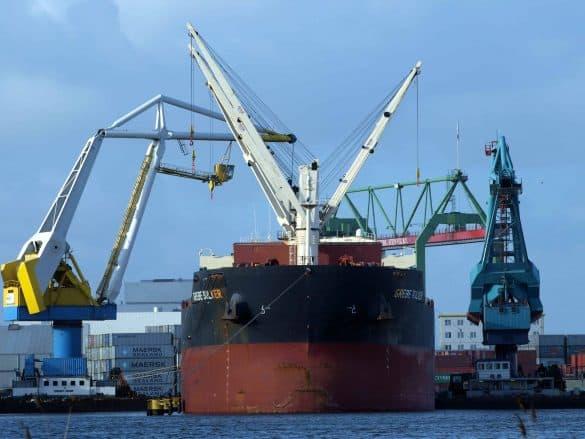 Mais de 170 países assinam acordo para reduzir em 50% até 2050 emissões de CO2 do transporte marítimo