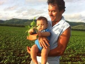 Ruben com o neto em uma plantação de soja no Tocantins (Foto: Ruben Ritter/Arquivo Pessoal)