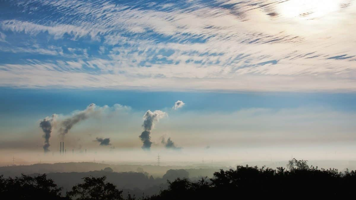 Em vez de reduzir, país mantém emissão de gases