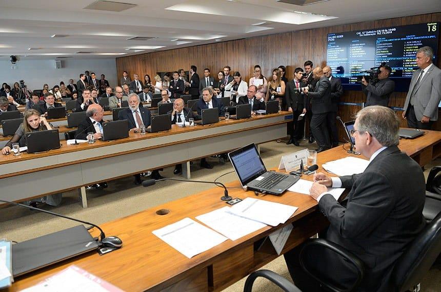 Proibição de venda de carro com combustível fóssil avança no Senado