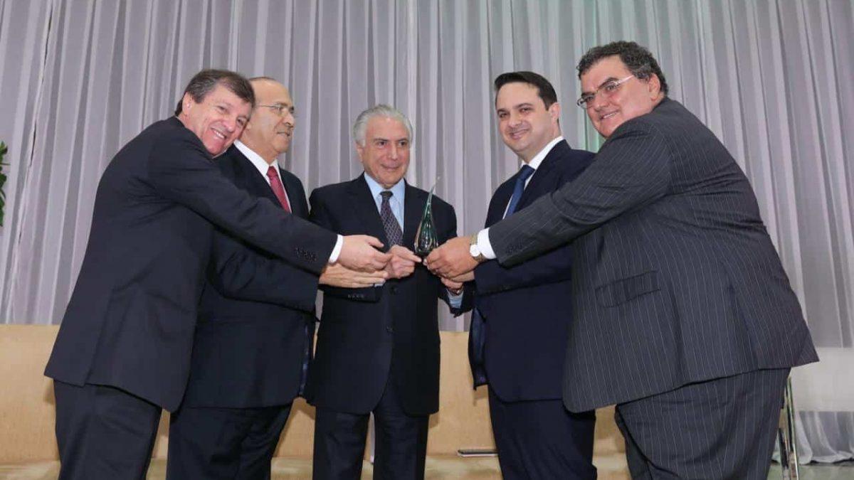 Setor de biodiesel entrega troféu a Michel Temer por avanços nas políticas voltadas aos biocombustíveis no Brasil