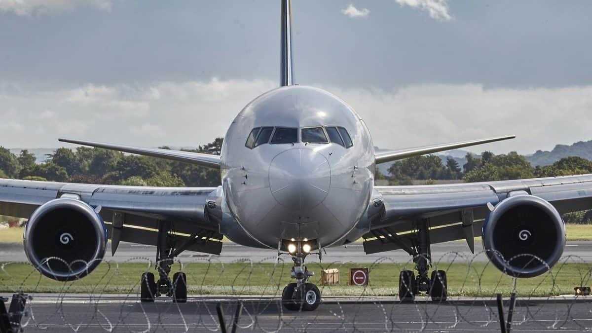 EasyJet planeja compensar emissões de carbono de voos