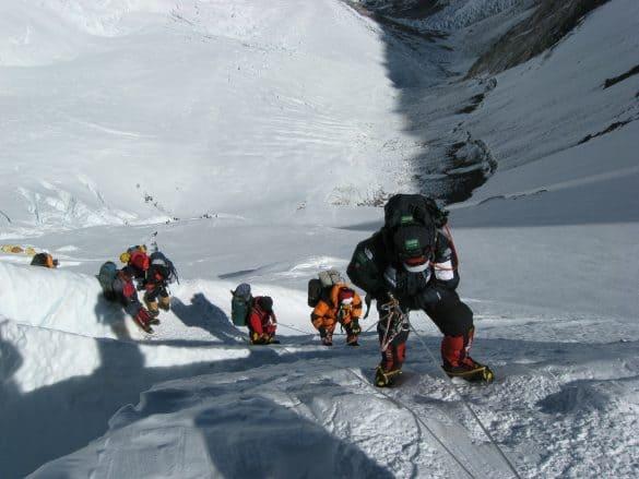 Mudança climática: alpinistas mortos começam a aparecer sob as geleiras do Everest
