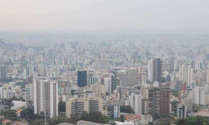 Poluição urbana: fenômeno da inversão térmica cria 'nata' de pó sobre BH