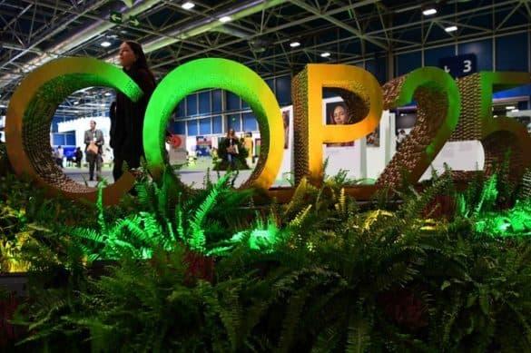 Visitantes chegam na COP25, em Madri, nesta segunda-feira (2) — Foto: GABRIEL BOUYS / AFP
