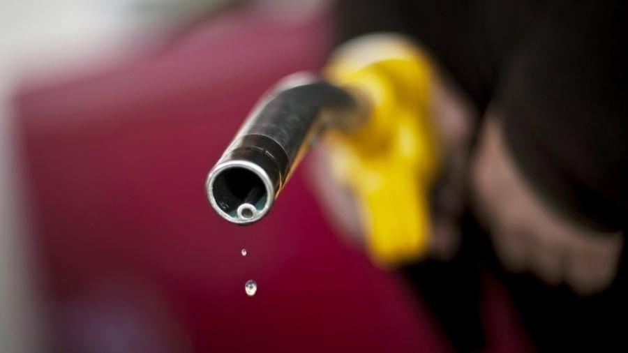 Clipping 1ª edição: Por que o dólar caiu, mas a gasolina e o diesel continuam subindo?